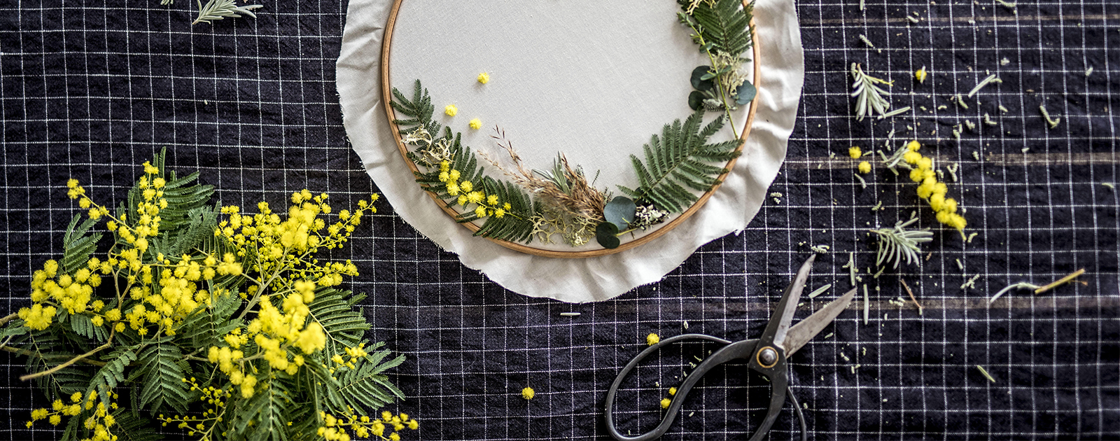 Tambour à broder et fleurs séchées