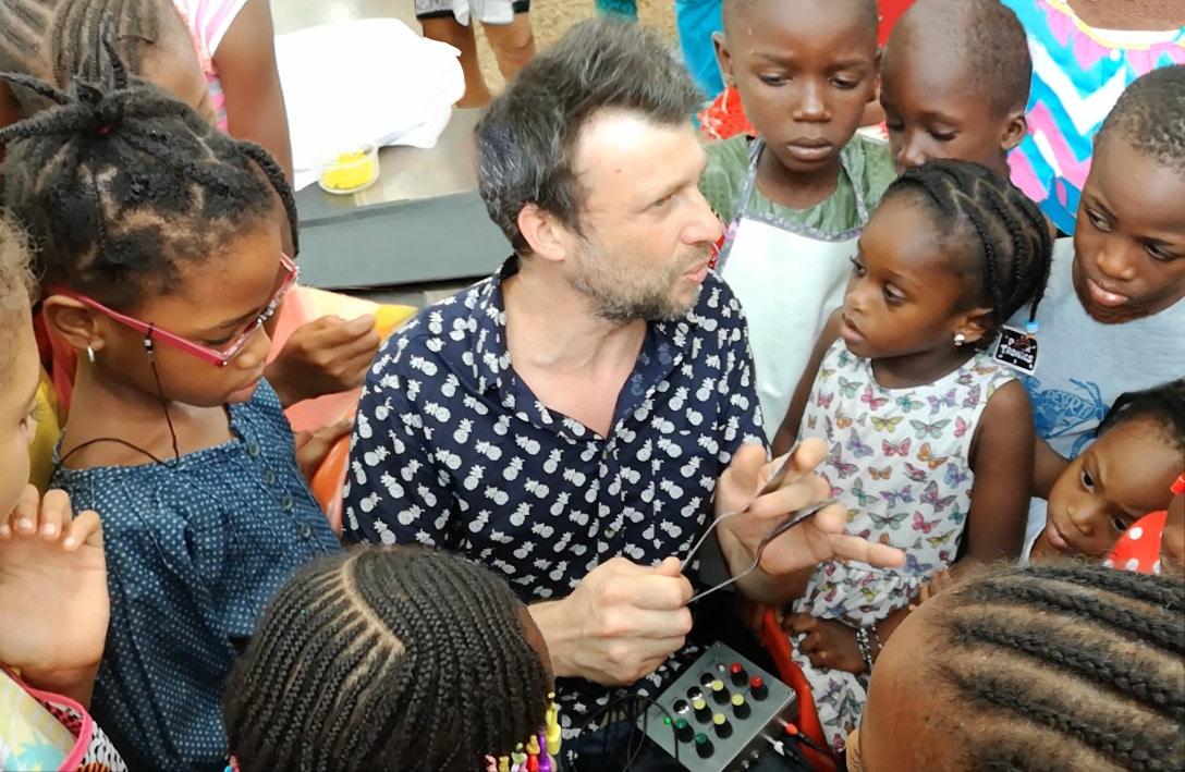 Alexis Malbert entouré d'enfants